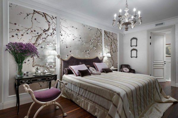 Спальня с фотообоями в бежевых тонах с цветочным принтом в изголовье