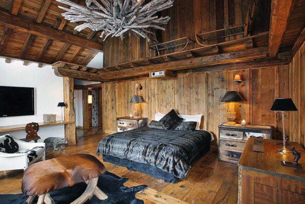 Спальня со стеной белого цвета