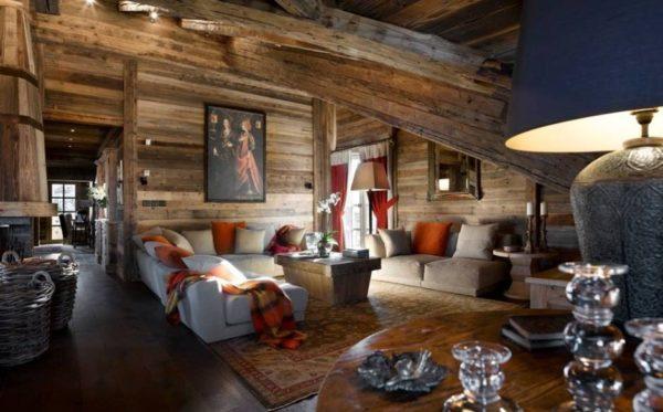 Гостиная с картиной на стене и лампой с массивным керамическим основанием