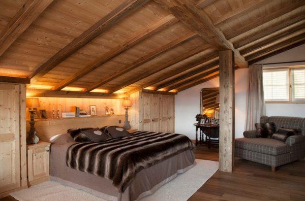 Мансардный потолок в спальне с подсветкой в изголовье