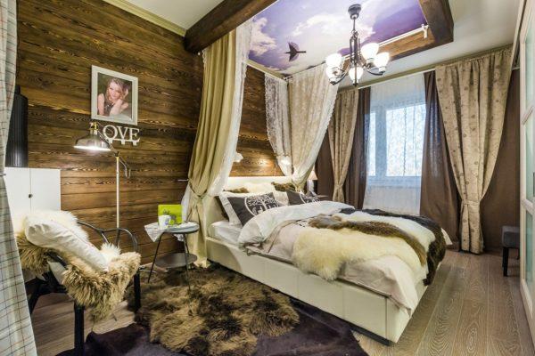 Спальня с балдахином и декоративными подушками в стиле шале