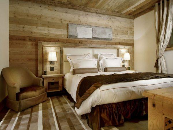 Спальня с горизонтально оформленной стеной
