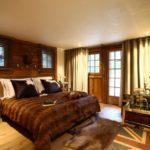 При отделке спальни дерево используется для декора одной стены, дверей и окон