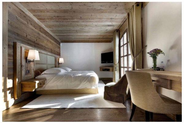 Спальня с отделкой деревом
