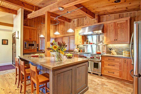 Кухня с отделкой деревом в светлых тонах