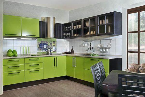 Чёрный и салатвый цвета в интерьере кухни