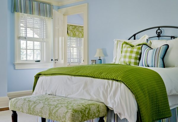 Голубой и зелёный в интерьере спальни