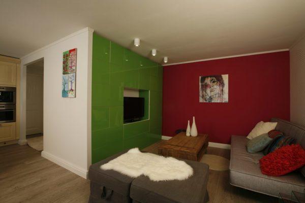 Красный и зелёный в интерьере гостиной
