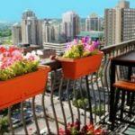 Открытый балкон с цветами