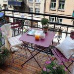 Открытый балкон со столиком