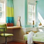 Разноцветные короткие шторы в спальне