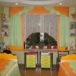Короткие шторы в спальне для детей