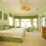 Оливковый и бежевый в интерьере спальни