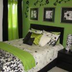 Сочетание салатового и чёрного в спальне