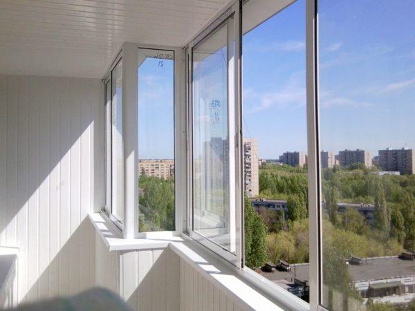 Светлый угловой балкон