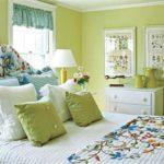 Фисташковый и голубой в интерьере спальни