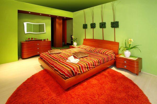 Салатовый и красный в интерьере спальни