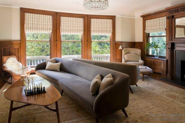 Прямой диван в гостиной
