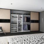Большой шкаф напротив постели