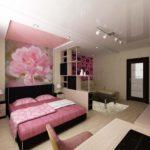 Принт с розами в однокомнатной квартире