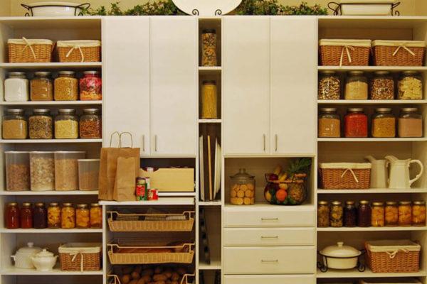 Кухонная кладовка с плетёными корзинами