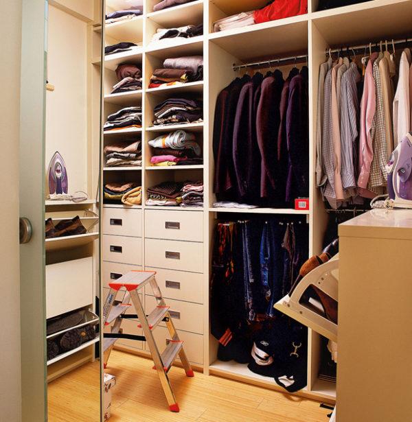 Функциональная лестница в гардеробной