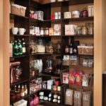 Кухонная кладовка с угловыми полками