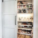 Кухонная кладовка с белыми раздвижными дверями