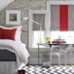 Красный цвет в серой спальне