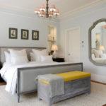 Акценты жёлтого цвета оживляют интерьер спальни