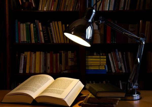 Настольная лампа в библиотеке-кладовке