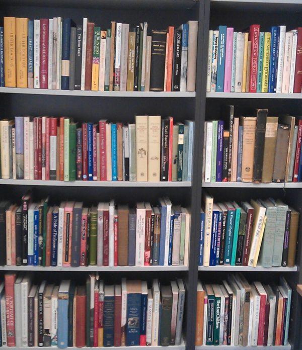 Деревянные книжные полки в кладовке-библиотеке