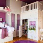 Детская гардеробная под двухъярусной кроватью