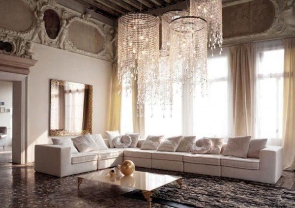 Многоуровневая люстра из хрусталя в гостиной