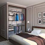 Небольшая гардеробная в женской спальне