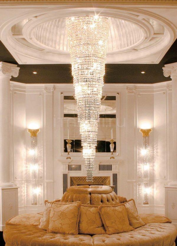 Каскадная люстра в гостиной с высоким потолком