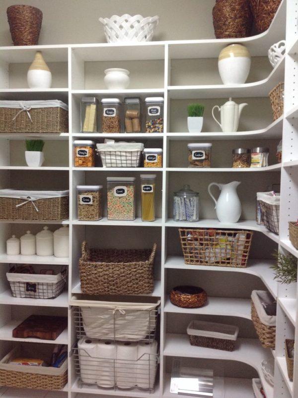 Кладовка с угловыми стеллажами для хранения продуктов