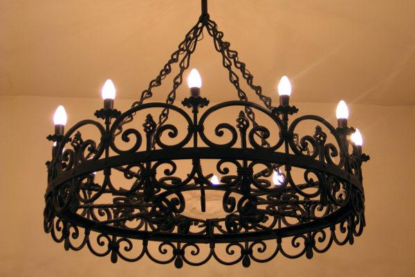 Кованая люстра на цепях со светильниками в виде свечей