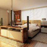 Несколько ковровых изделий по периметру кровати