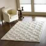 Белый фактурный ковёр в гостиной