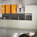 Кухня в стиле модерн с люстрой контрастного цвета