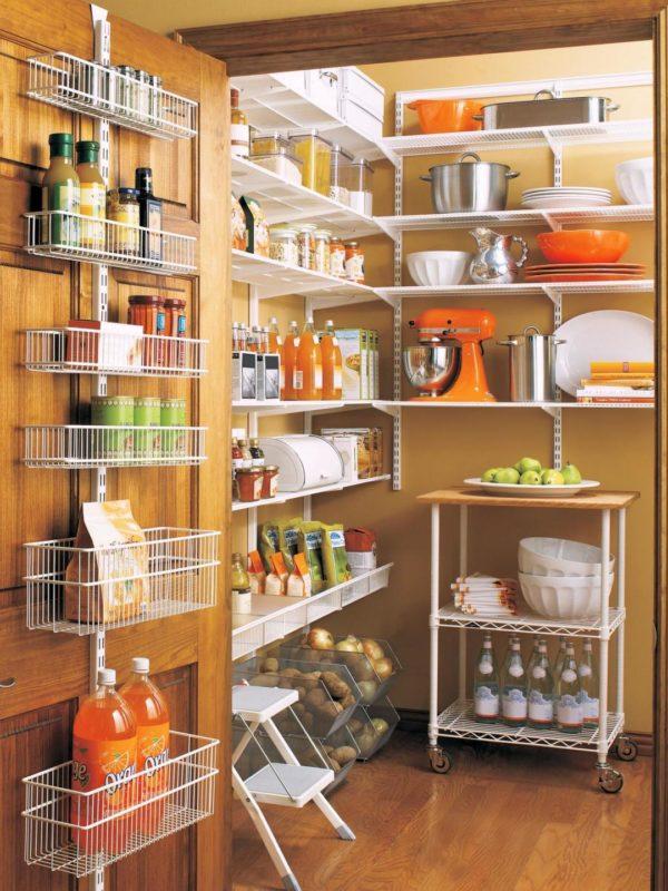 Кухонная кладовка с навесными полками на двери