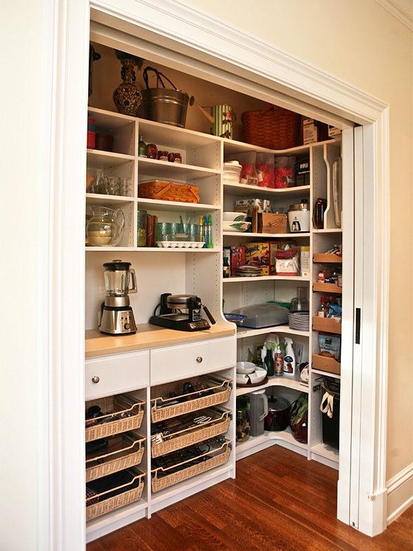 Кухонная кладовка с раздвижными дверями и бытовой техникой