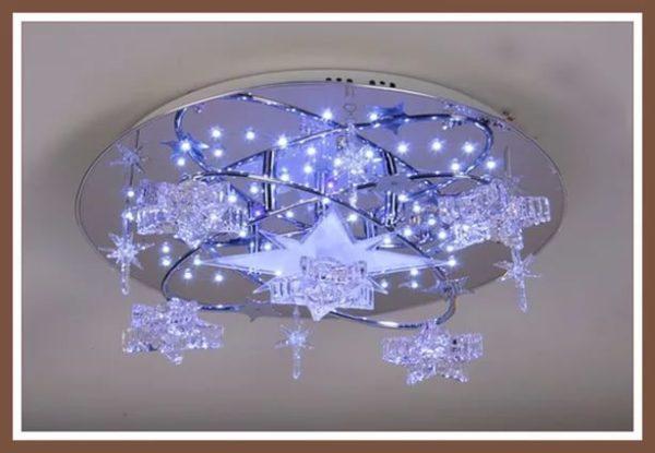 Светодиодные лампочки эффектно выглядят на зеркальной поверхности люстры