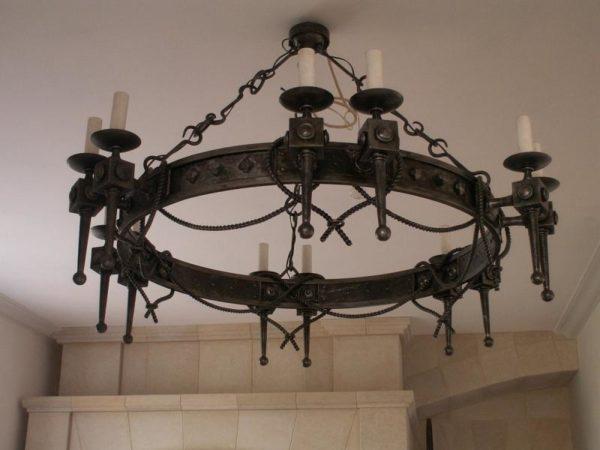Люстра на цепях в готическом стиле