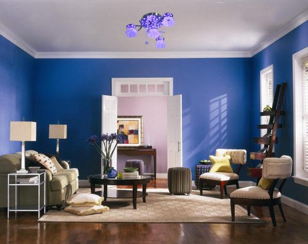 Люстра в гостиной с плафонами в тон стен