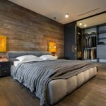 Гардеробная в мужской спальне с раздвижными дверями