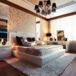 Люстра контрастного цвета в спальне с натяжным потолком