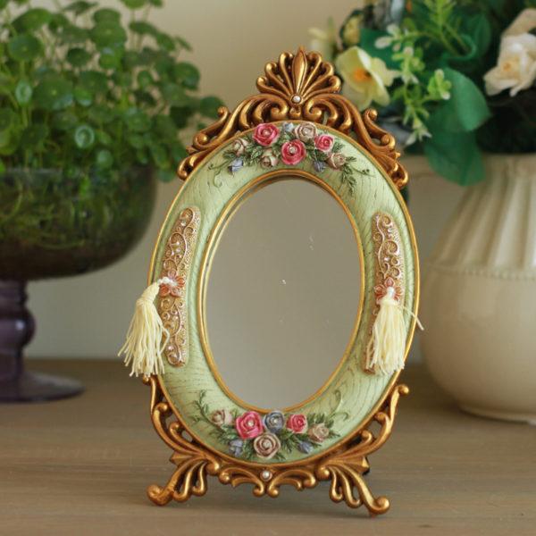 Изящное зеркало с шикарным оформлением