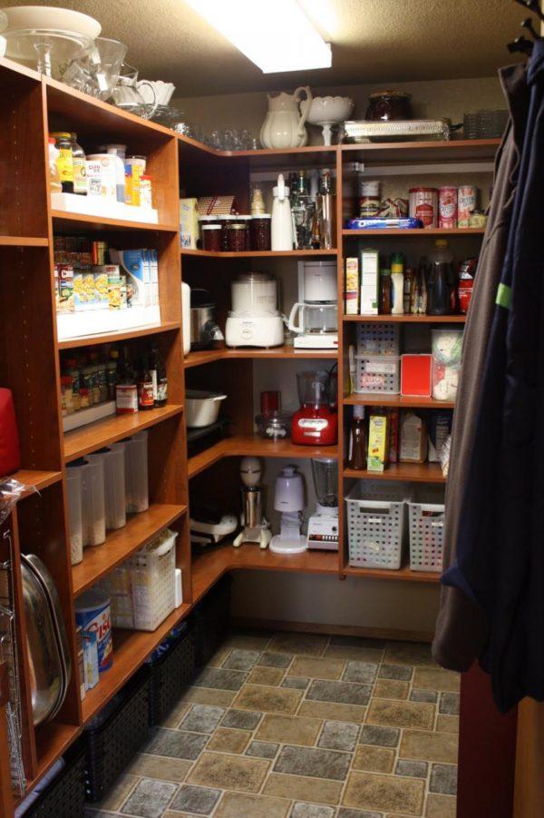Плитка на полу кухонной кладовки